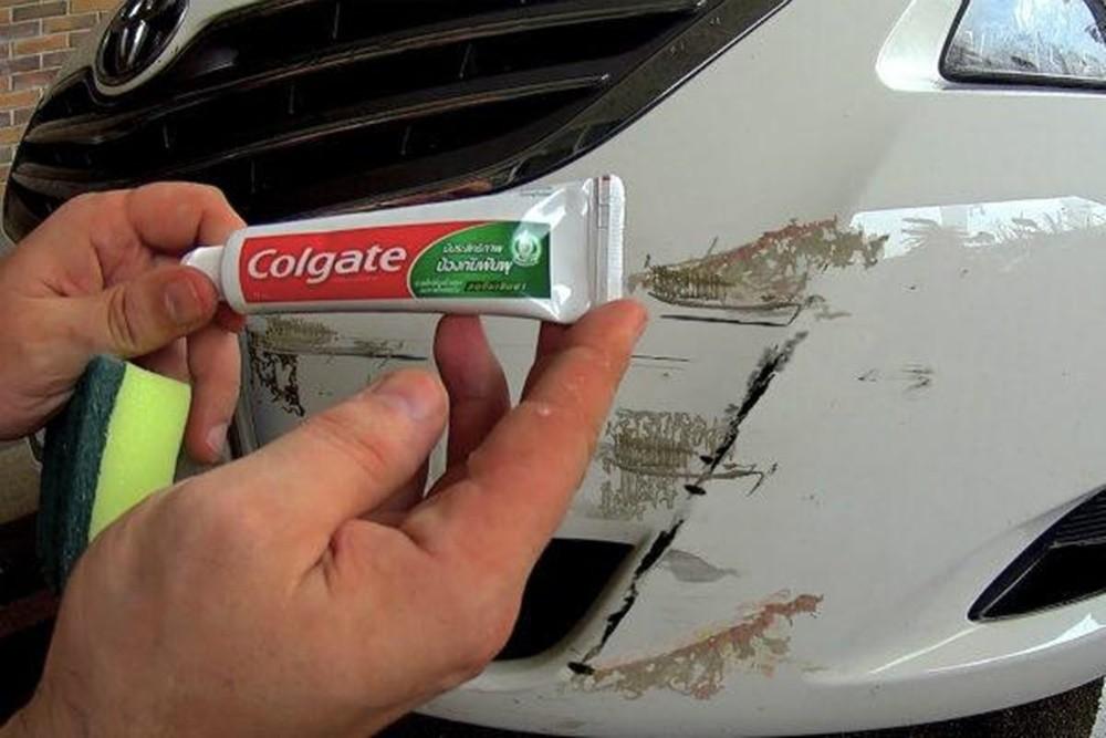Xóa vết xước xe ô tô bằng kem đánh răng là phương pháp không đem lại hiệu quả.