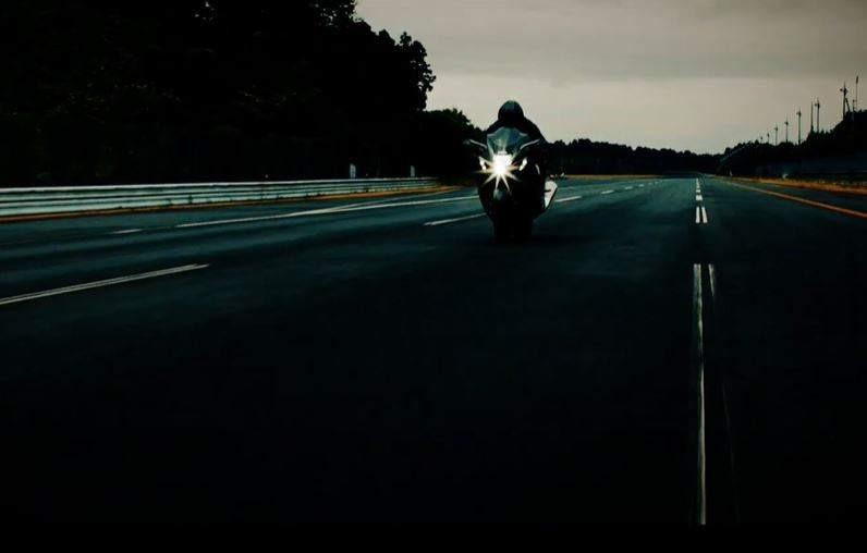Thiết kế xe khá quen thuộc của Suzuki Hayabusa xuất hiện trong video clip