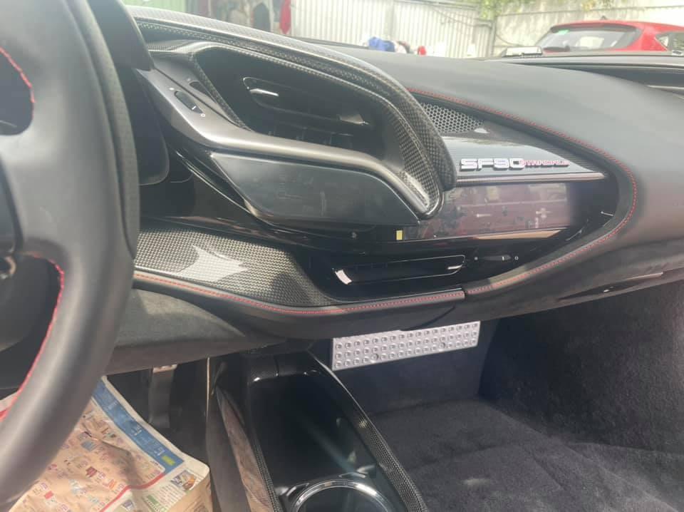 Nội thất xe khá gọn và màn hình giải trí được tích hợp khá nhỏ, trải nghiệm chính là cảm giác dính ghế mỗi khi tăng tốc Ferrari SF90 Stradale