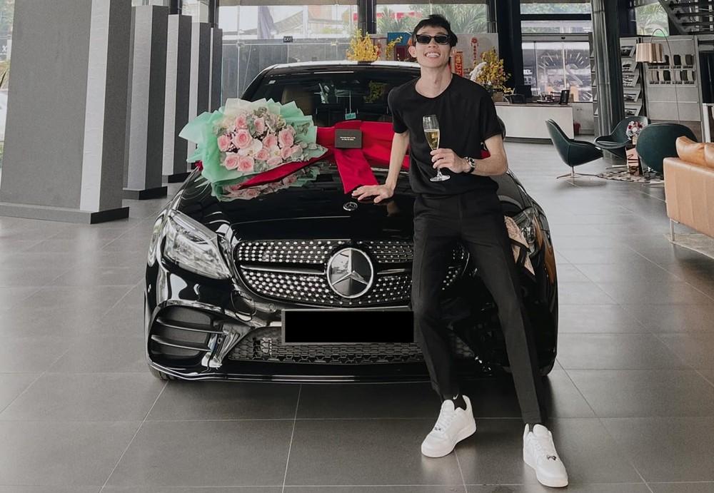 Hồng Thanh diện đồ tông xuyệt tông với ngoại thất xe Mercedes-Benz C300 AMG