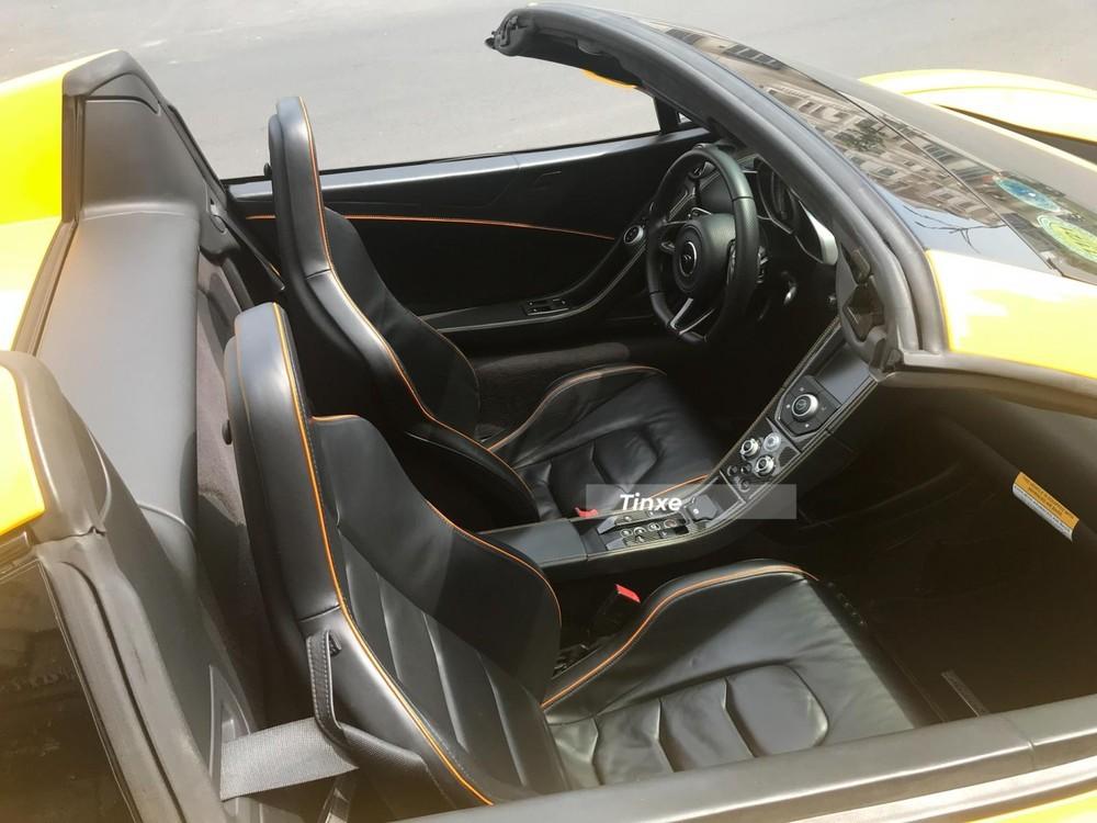 Nội thất chiếc siêu xe McLaren 650S Spider này có màu đen và chỉ cam đối lập