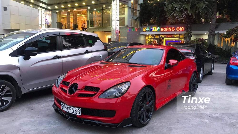 Mercedes-Benz SLK màu đỏ nổi bật tại sự kiện.