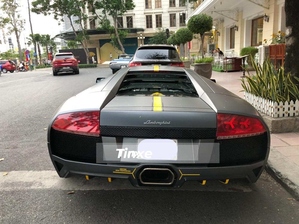 Cuối cùng, bộ áo đen nhám Batman được chủ nhân lựa chọn để mang đến ngoại hình hiếu chiến hơn cho siêu xe Lamborghini Murcielago LP640-4 này. Màu đen nhám luôn là bộ áo hot trong suốt hơn 10 năm qua cho các siêu xe thay áo.