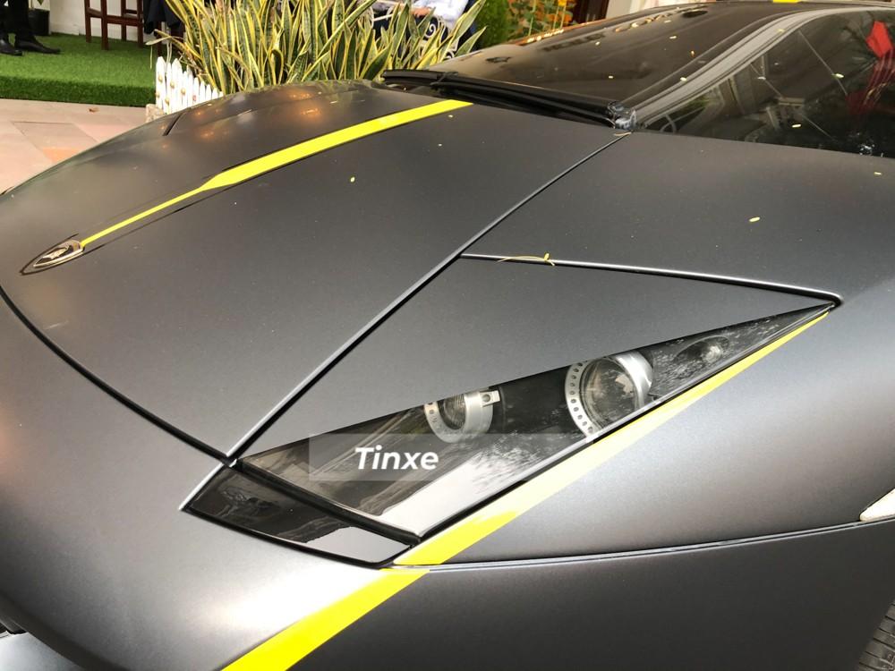 Thậm chí, chiếc siêu xe Lamborghini Murcielago LP640-4 này còn có một chi tiết rất đắt giá trong lần thay áo này. Cụ thể, bò già Lamborghini Murcielago LP640-4 khoác áo đen nhám với điểm nhấn đèn pha sắc cạnh như Reventon. Lamborghini Reventon chỉ sản xuất 40 chiếc và chủ nhân của chiếc Lamborghini Murcielago này đã mượn ý tưởng đèn pha của siêu phẩm triệu đô để làm điểm nhấn cho lần thay áo đen nhám này của xe.