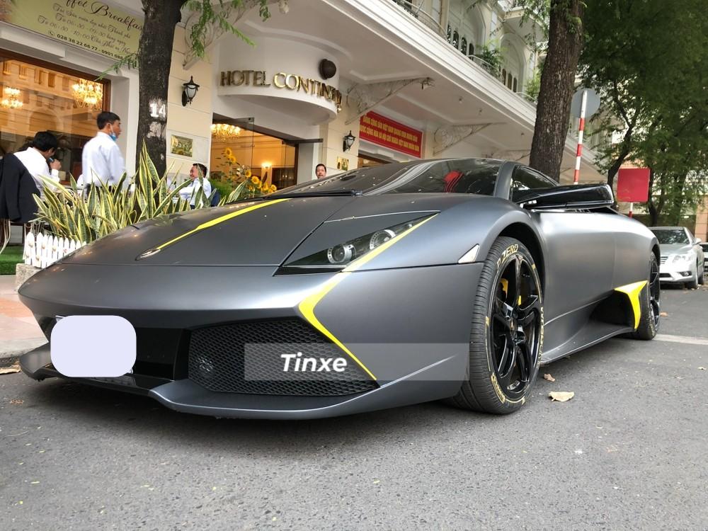 Nhắc đến những chiếc siêu xe cửa cắt kéo Lamborghini tại Việt Nam chắc nhiều người sẽ nghĩ ngay đến phiên bản Aventador, đơn giản vì đây là 1 trong những chú bò tót có doanh số bán hàng ấn tượng nhất của hãng xe Ý trong 58 năm qua. Tuy nhiên, trước khi dòng siêu xe Lamborghini Aventador ra đời, hãng xe Lamborghini đã có gần 10 năm thăng hoa cùng với Murcielago với 4.099 chiếc được giao đến tay các khách hàng.