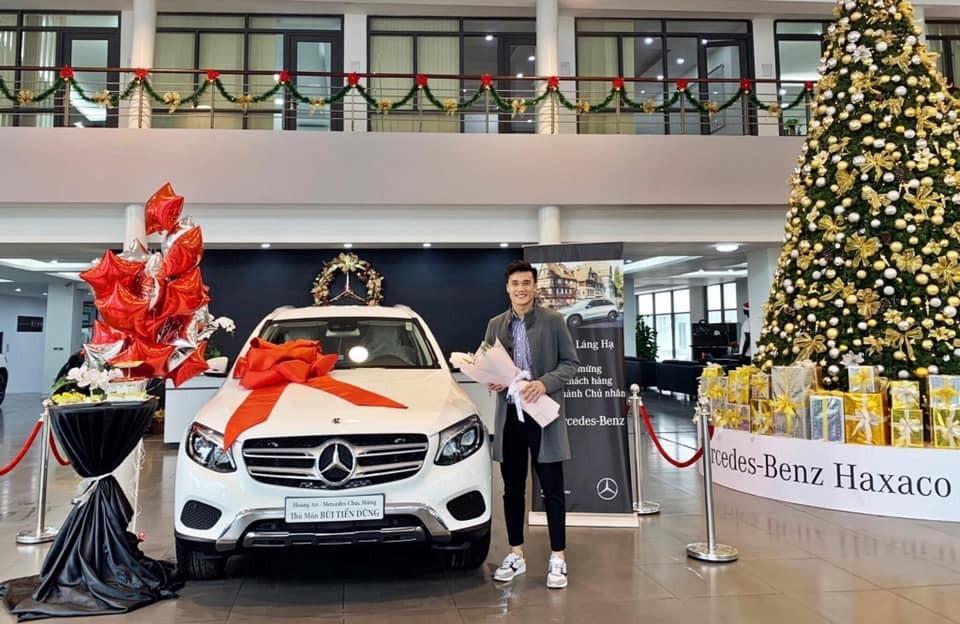 Trước đó thủ môn Bùi Tiến Dũng di chuyển trên Mercedes-Benz GLC 250 được tặng
