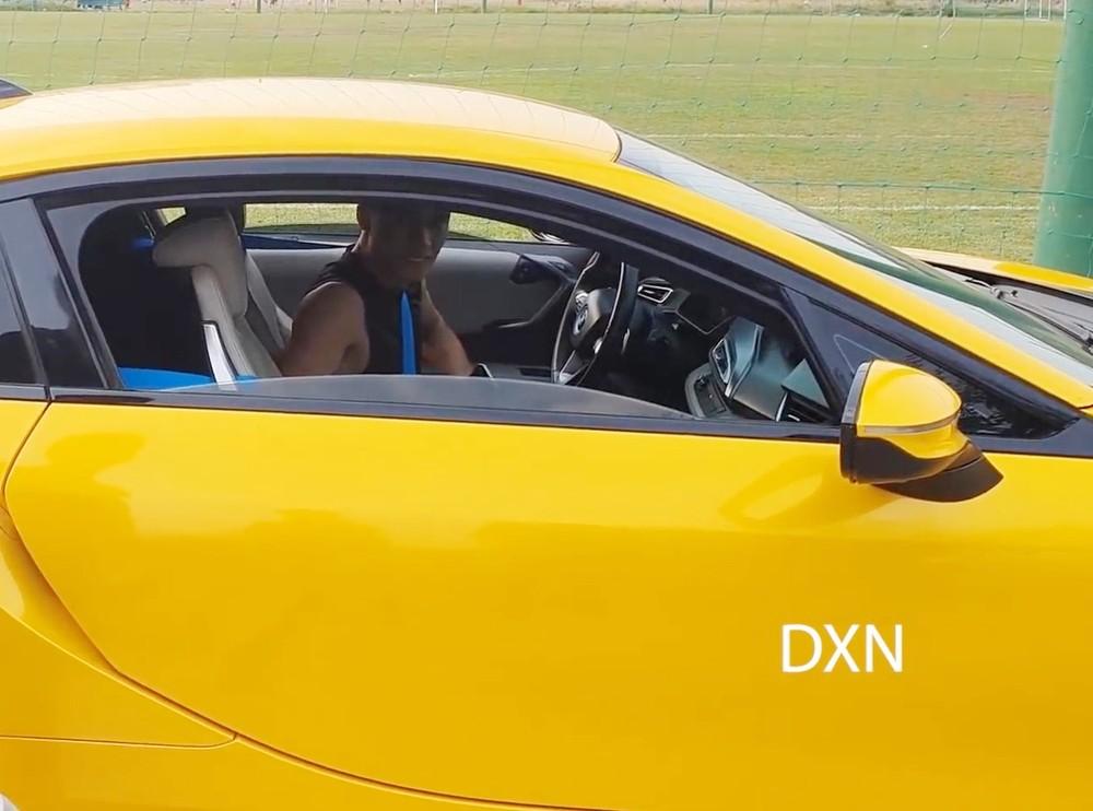 Thủ môn Bùi Tiến Dũng cầm lái BMW i8