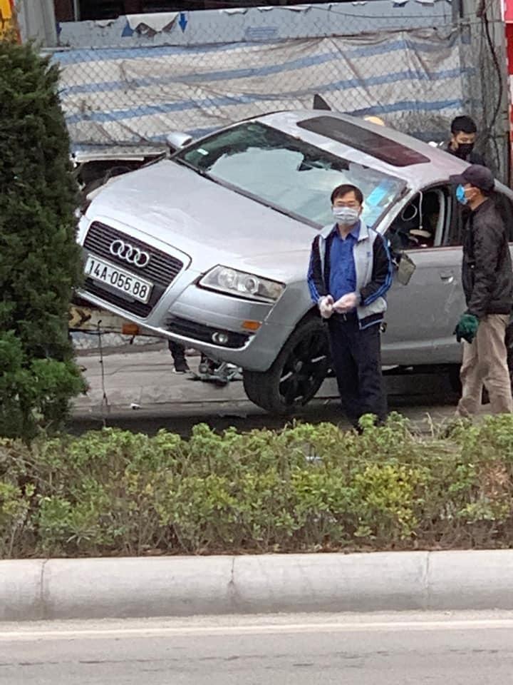 Chiếc xe sang Audi được lật trở lại