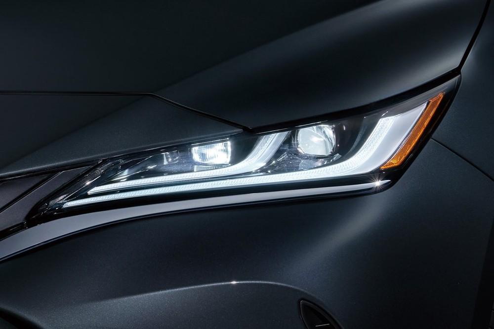 Cận cảnh đèn pha của Toyota Harrier 2021