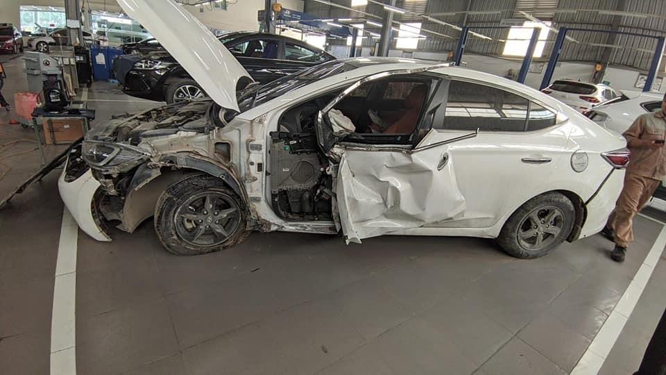 Chiếc ô tô Hyundai Elantrabị hư hỏng nặng sau vụ tai nạn
