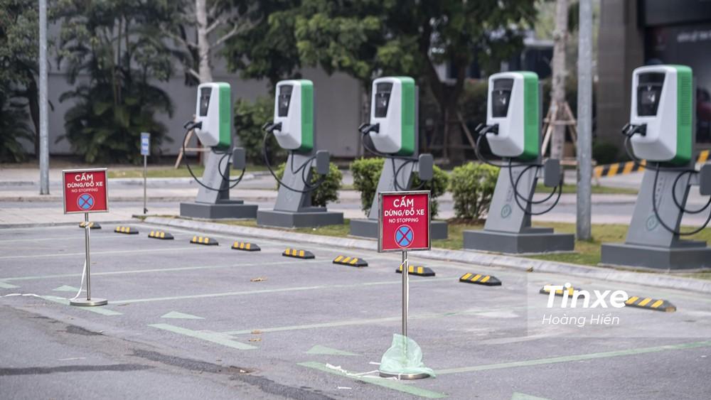 Để bảo đảm an toàn, các vị trí của cột sạc ô tô điện này đều có biển cấm dừng, cấm đỗ.