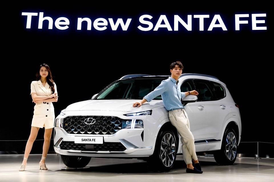 Hyundai Santa Fe 2021 là bản nâng cấp giữa vòng đời của thế hệ hiện tại, sở hữu thiết kế ngoại thất mới lạ và nhiều trang bị, tiện nghi hấp dẫn.
