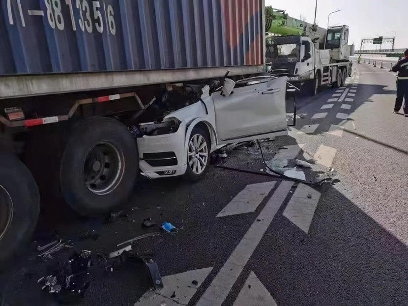 Chiếc Volvo XC90 rúc vào gầm xe container
