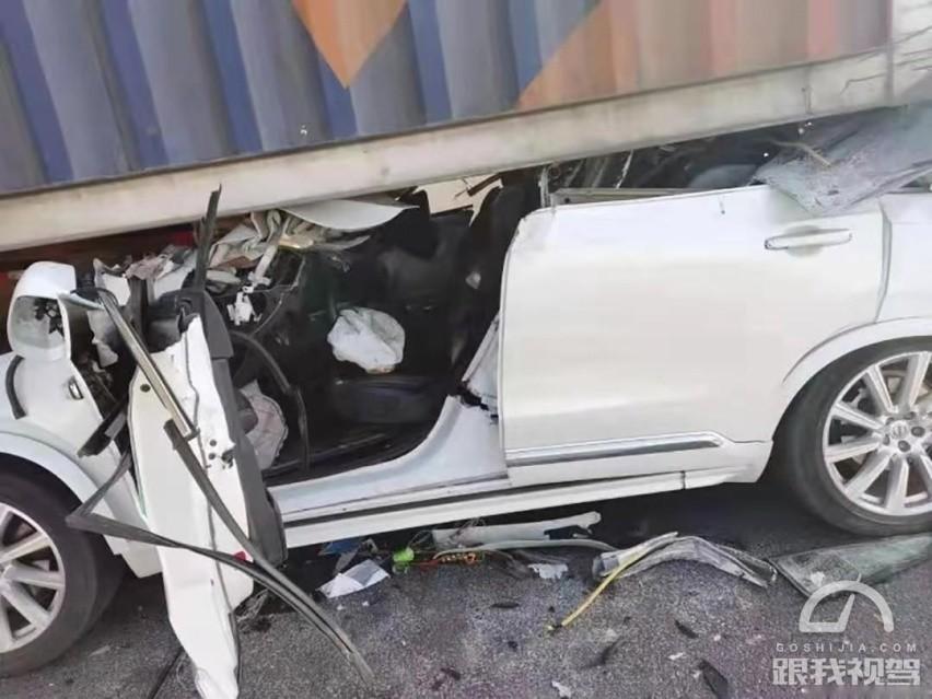 Cửa bên ghế lái của chiếc Volvo XC90 vẫn mở ra được dù xe hỏng nặng