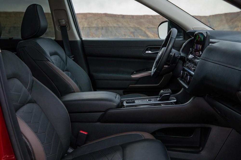 Ghế trước của Nissan Pathfinder 2022 có đủ tính năng sưởi ấm, làm mát