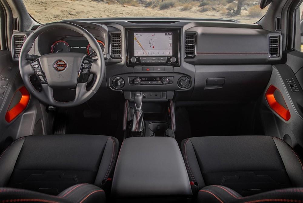 Nội thất của Nissan Frontier 2022 tiện dụng với nhiều ngăn đựng đồ