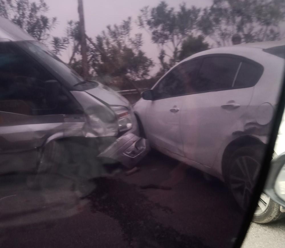 Chiếc xe khách 16 chỗ và chiếc Kia Cerato đều hư hỏng nặng