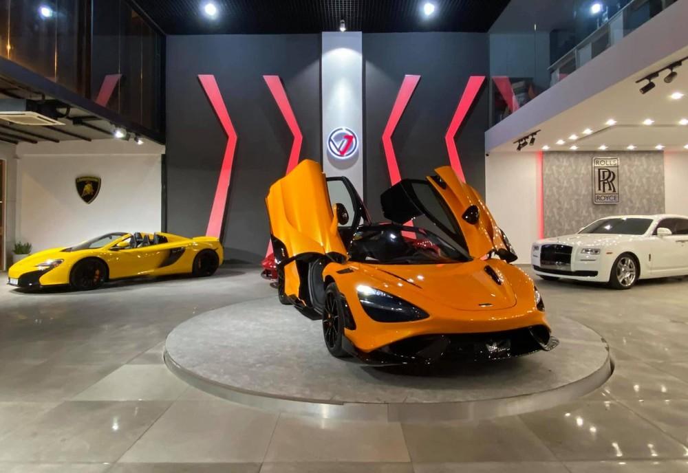 Hình ảnh chiếc siêu xe McLaren 765LT nằm trong showroom siêu xe ở quận 7