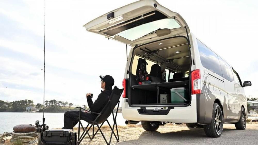 Nissan NV350 Caravan ES Mobility Concept được hình dung là chiếc xe phù hợpba mục đích: cắm trại, câu cá và lướt sóng.