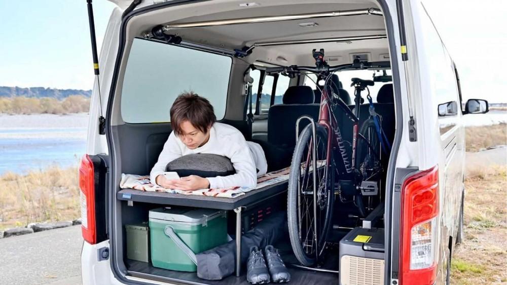 Không gian nội thất nhỏ gọn của xe được thiết kế thông minh, nhiều chỗ chứa