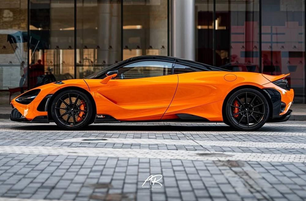 Xe sở hữu màu cam McLaren Orange cùng các chi tiết sơn đen và carbon