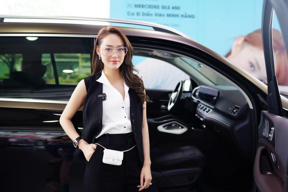 Minh Hằng cá tính trong lễ bàn giao xe Mercedes-Benz GLS 450 2021