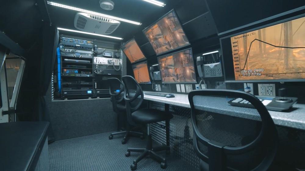 Nội thất phía sau có chứa đầy đủ thiết bị máy móc để người dùng thực hiện nhiệm vụ liên lạc truyền thông
