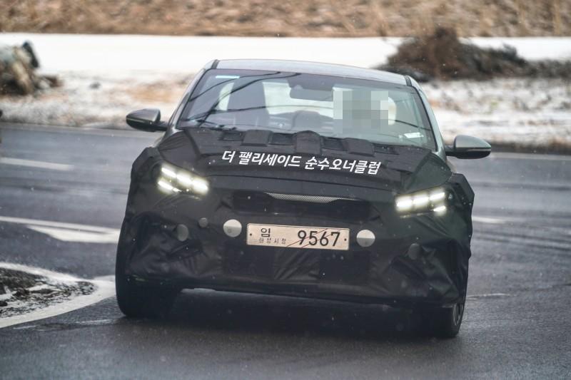 Kia Cerato 2022 được trang bị đèn pha mới, tích hợp dải đèn LED định vị ban ngày