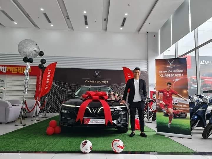 Hậu vệ Xuân Mạnh tậu xe VinFast Lux A2.0 chơi Tết Nguyên đán