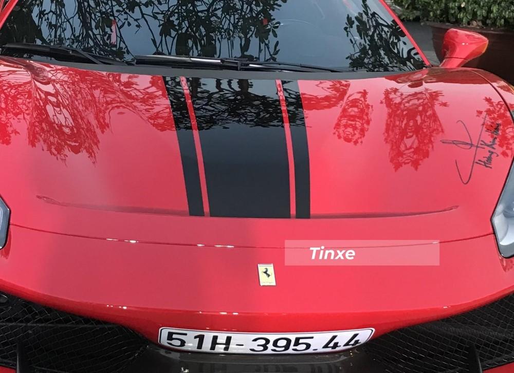 Ferrari 488 Pista Spider của Hoàng Kim Khánh có sọc màu đen tạo điểm nhấn