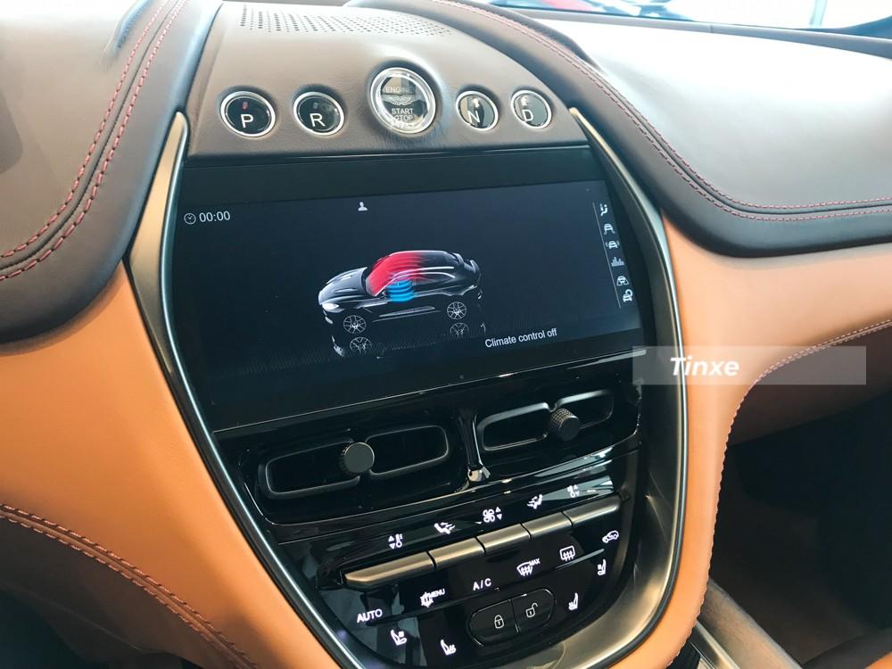 Cụm bảng điều khiển trung tâm của Aston Martin DBX bao gồm nút đề, các chế độ chạy, màn hình giải trí và hàng loạt nút bấm với nhiều chức năng khác nhau