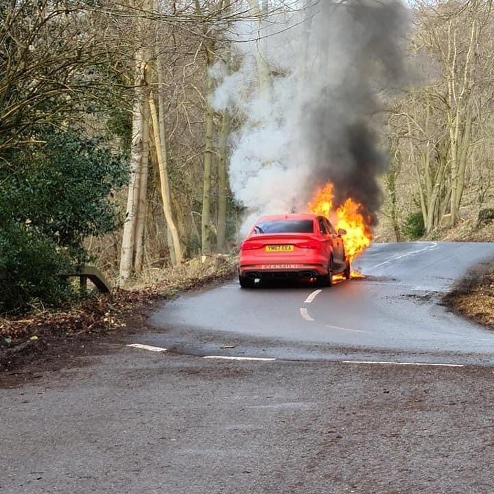Không rõ nguyên nhân cháy là gì, song ngọn lửa bốc lên từ khoang động cơ