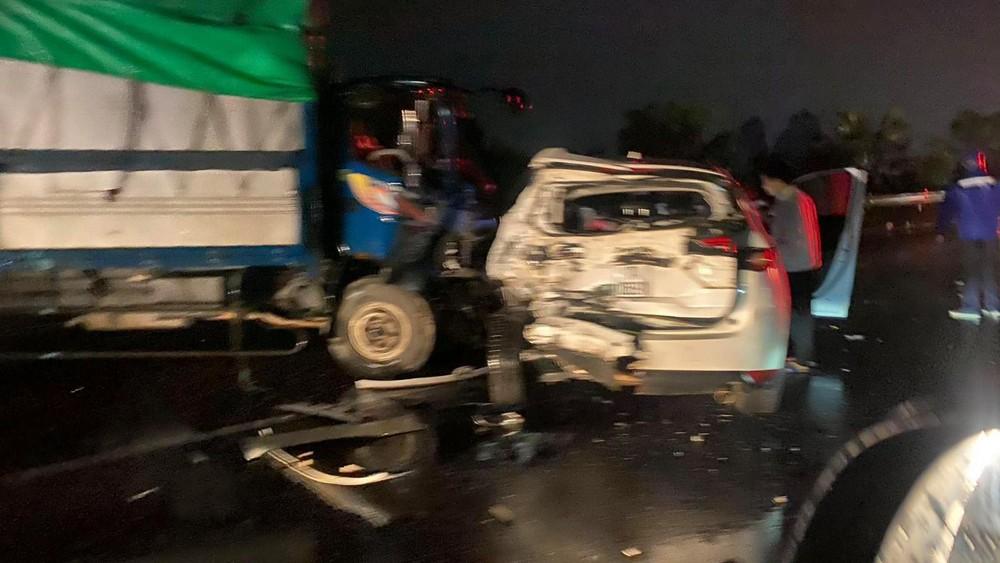Cả hai chiếc ô tô đều bị hư hỏng sau vụ tai nạn