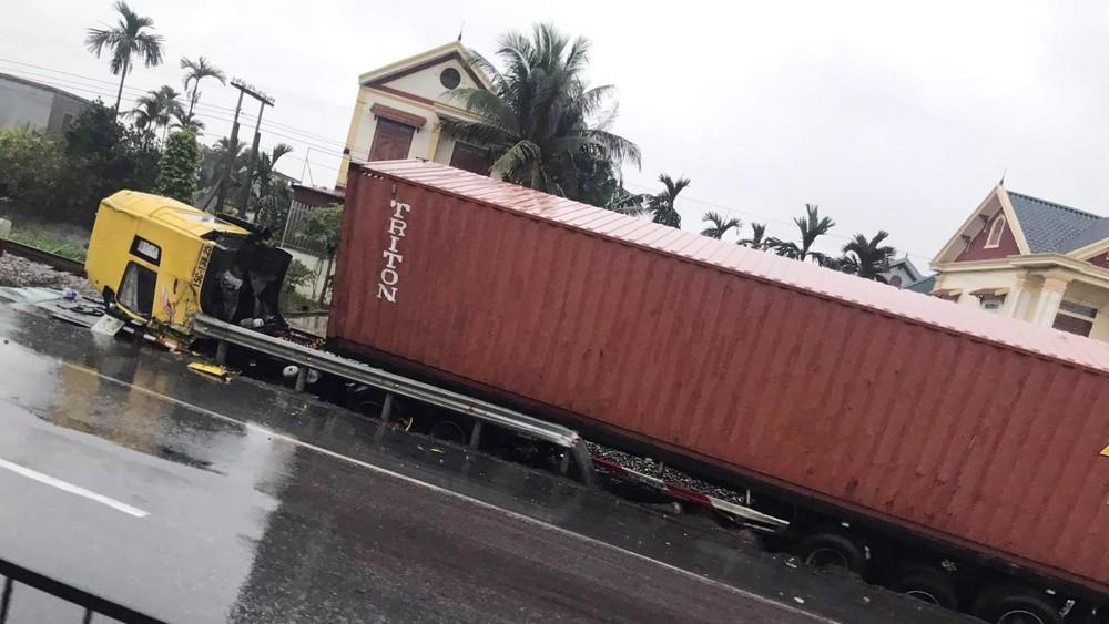 Phần cabin xe container gãy gập về trước