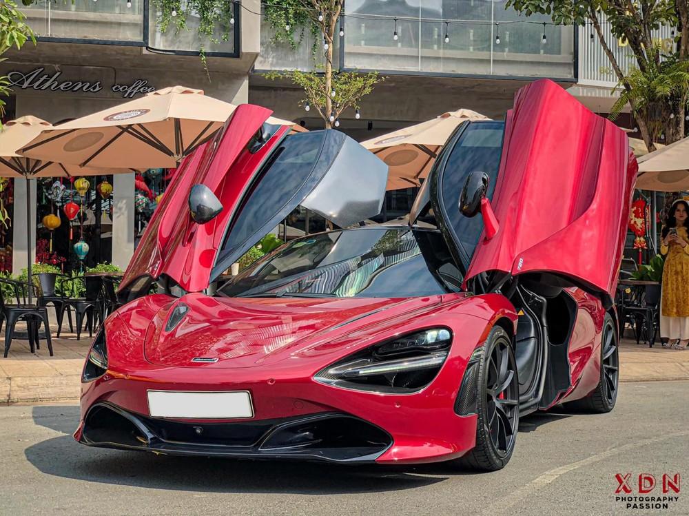 Ngoại thất xe có màu đỏ nổi bật