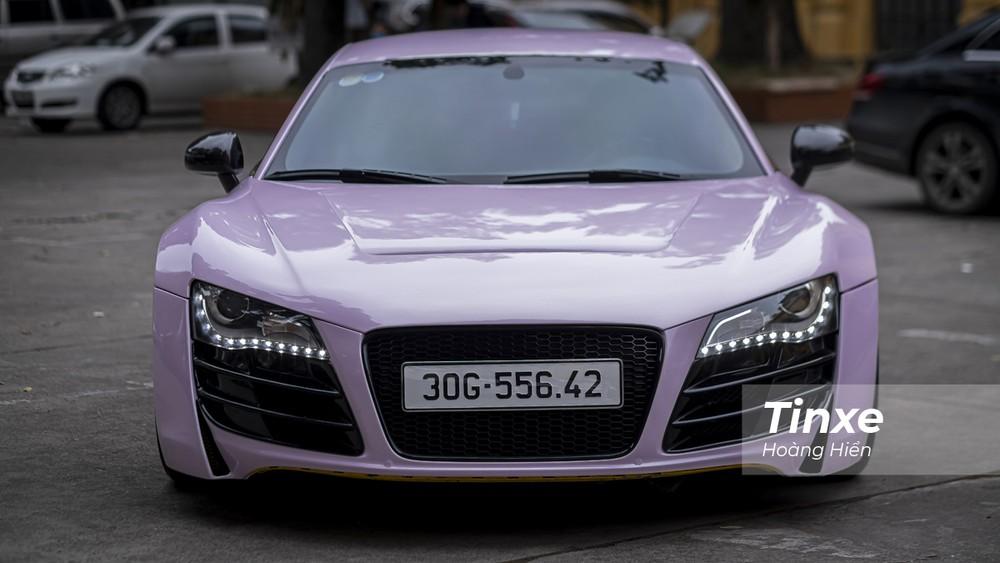 Chiếc Audi R8 màu hồng phấn này đã được chủ nhân trang bị thêm gói độ Prior Design để tăng thêm sự cá tính.