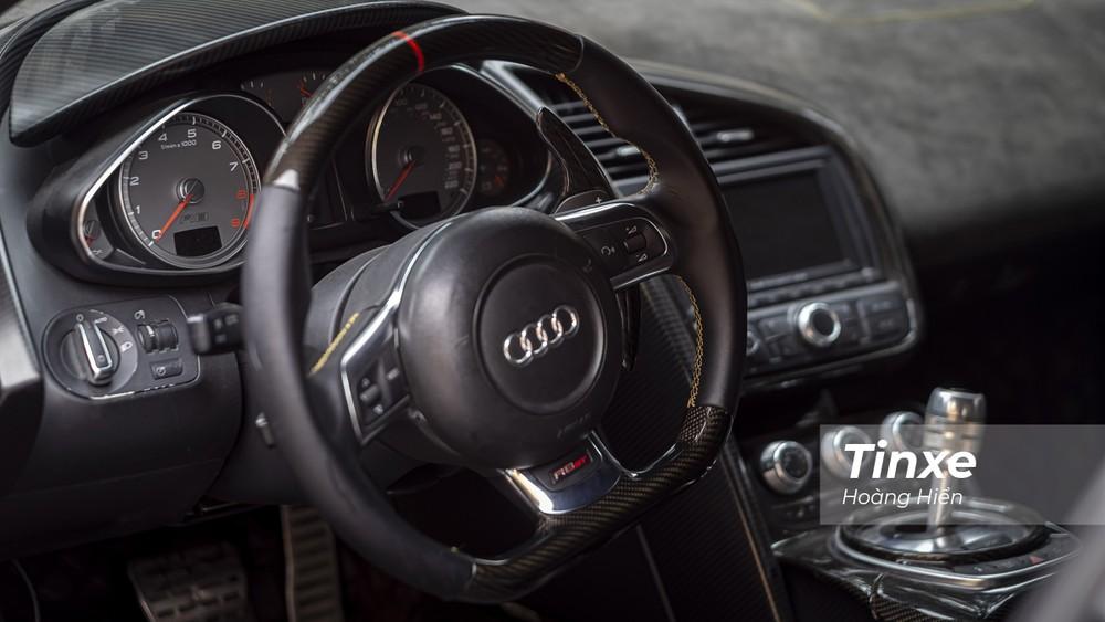 Nội thất bên trong vẫn là sự pha trộn giữa da và carbon với những đường nét thiết kế rất riêng của Audi.