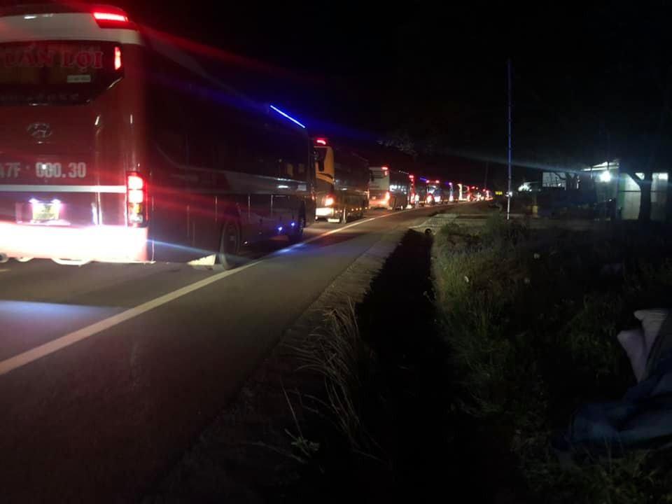 Vụ tai nạn khiến các xe khách và ô tô nối đuôi nhau hơn 5 km trên QL14