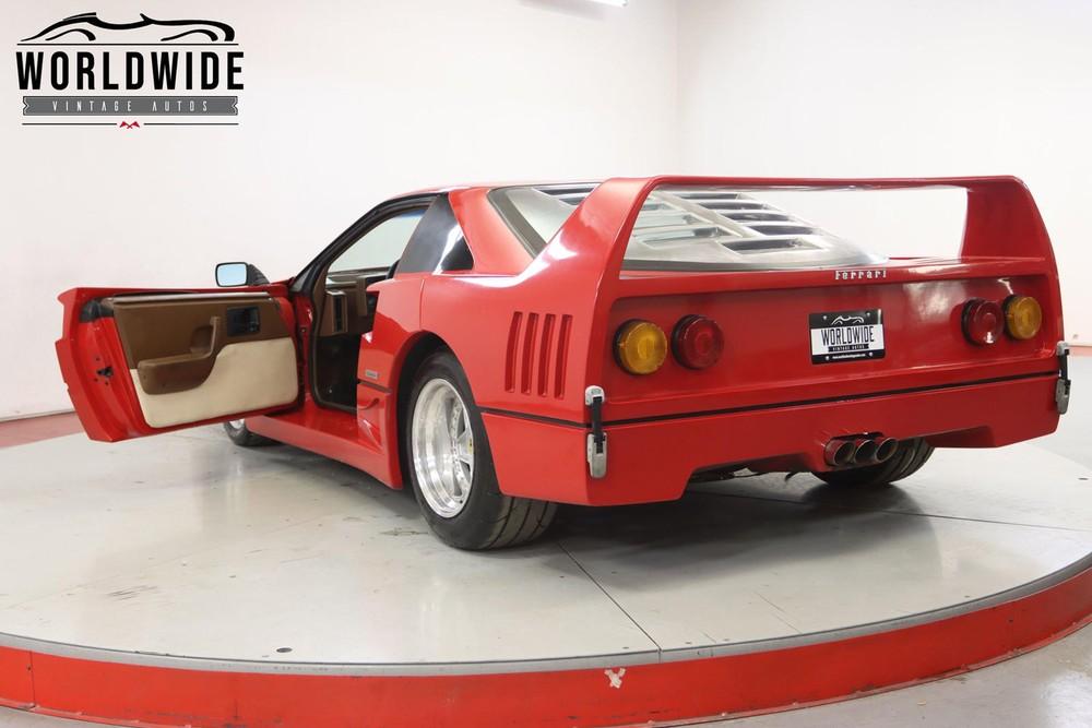 Phía sau của chiếc Ferrari F40 giả mạo