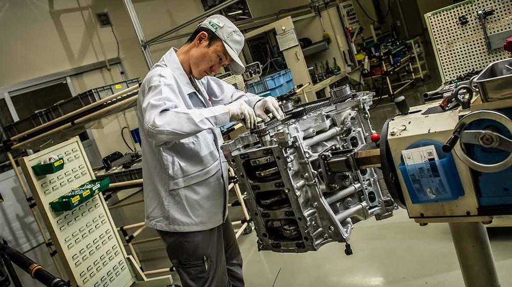 Động cơ của Nissan GT-R được các nghệ nhân Nhật Bản lắp ráp bằng tay