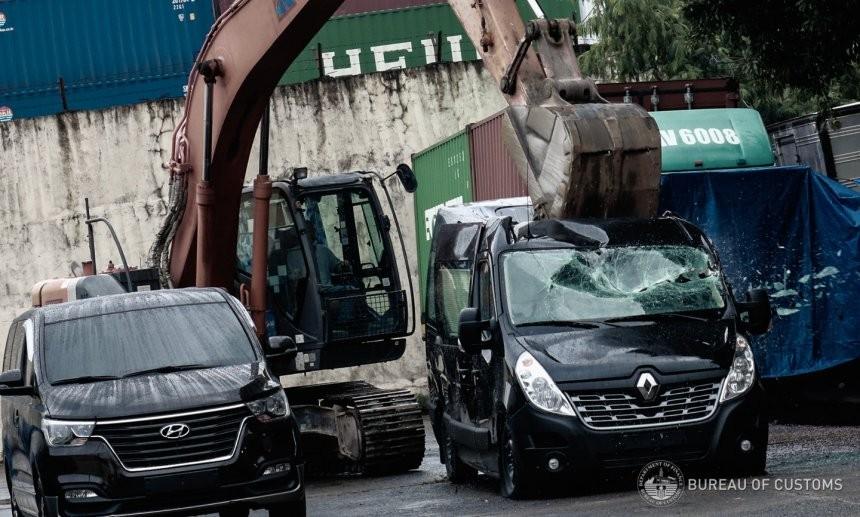 2 chiếc xe van mang thương hiệu Hyundai và Renault