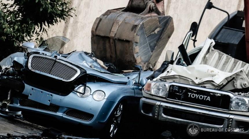 Cặp đôi Bentley Continental GT và Toyota Land Cruiser bị nghiền nát
