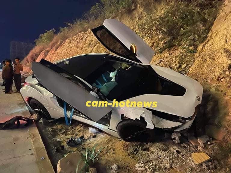 Chiếc xe thể thao BMW i8 chỉ chịu dừng lại sau khi tông vào vách núi bên đường
