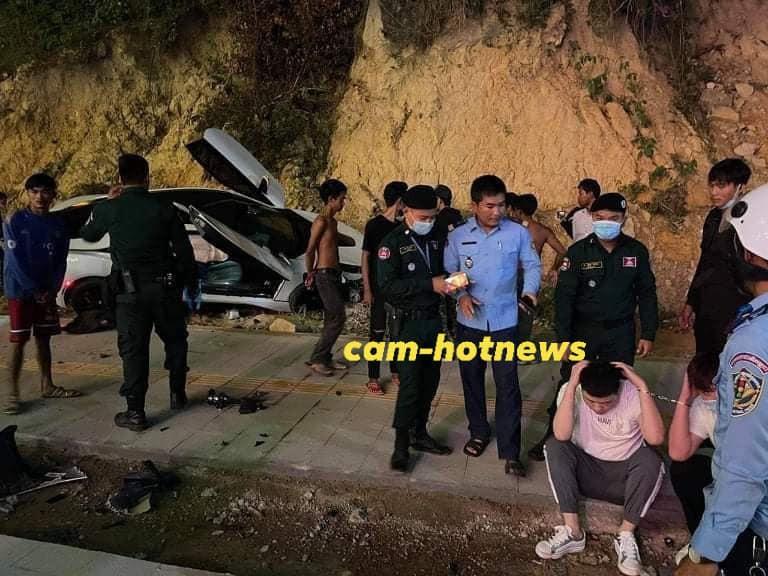 Lực lượng chức năng cùng 2 người di chuyển trên chiếc xe BMW i8
