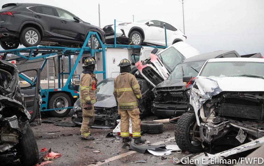 Có cả chiếc xe đầu kéo chở ô tô Lexus đến đại lý cũng bị tai nạn