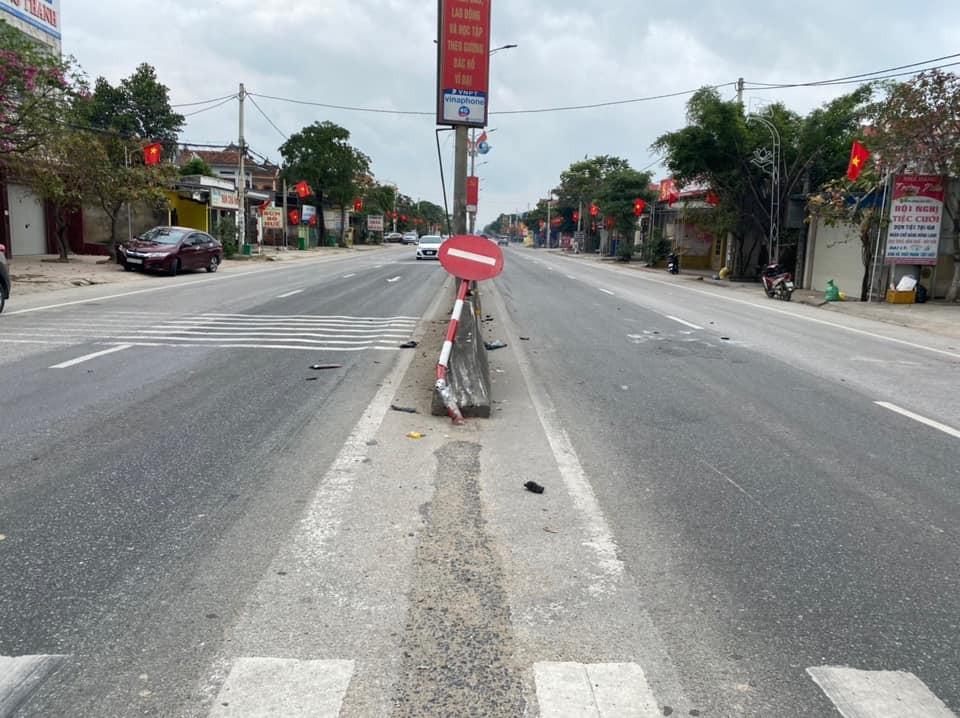 Biển báo giao thông bị tông gãy, đổ xuống dải phân cách