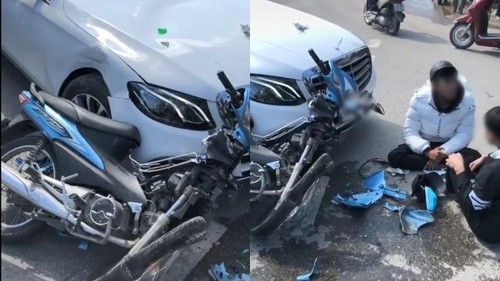Tông xe máy vào Mercedes-Benz, 2 thanh niên ngồi bệt xuống đường