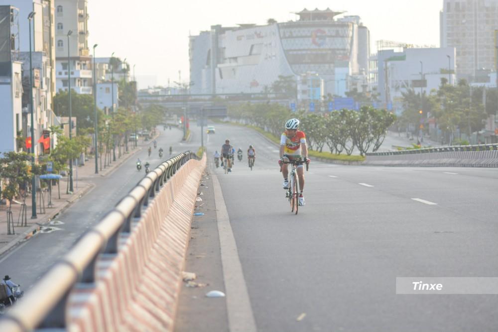 Dù là sáng mùng 1 Tết, nhưng nhiều người dân vẫn hoạt động bình thường như tập thể dục, đạp xe