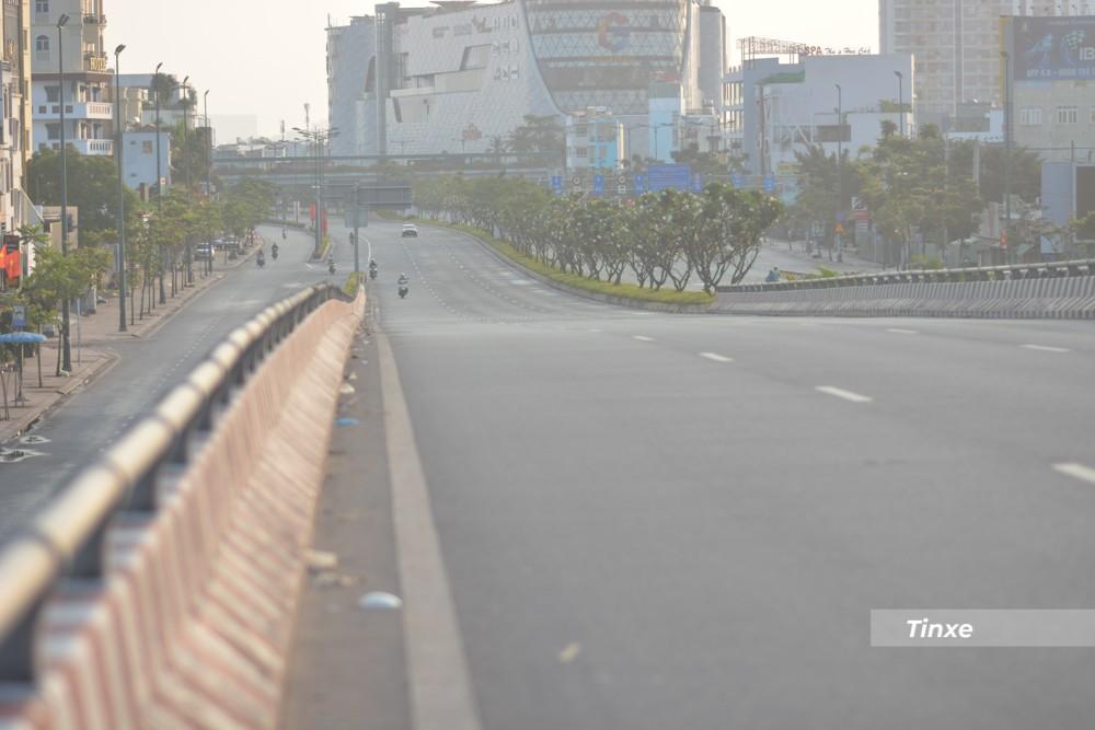 Cầu Bình Lợi sáng mùng 1 Tết hướng từ thành phố Thủ Đức đi quận 1 và quận Gò Vấp vắng xe đi lại.