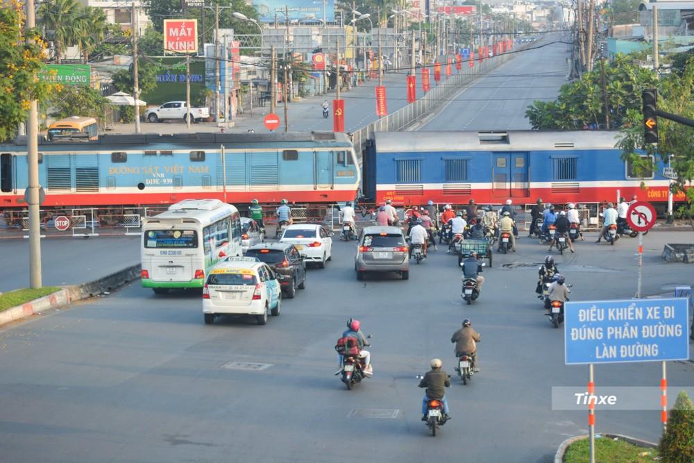 Một xe lửa chạy ngang qua ngã tư Bình Triệu và các phương tiện dừng chờ không quá dài. Vào các ngày thường, khi xe lửa đi qua đây, ngã tư Bình Triệu có thể ùn tắc kéo dài hơn 3 km.
